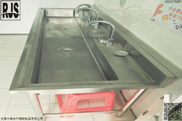 学校三位洗手池